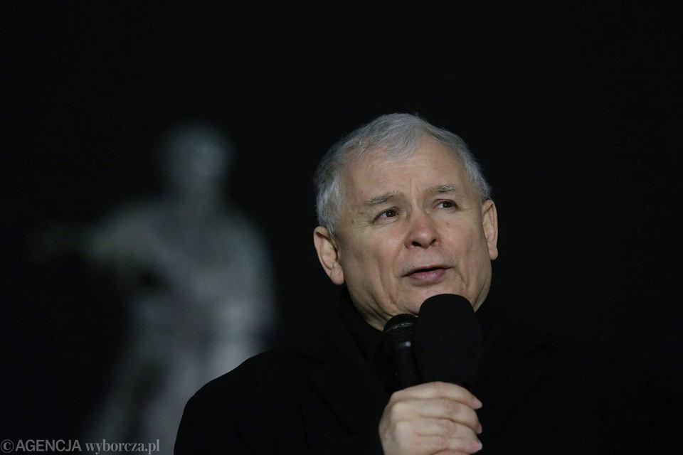 10 marca 2016. Jarosław Kaczyński przemawia przed Pałacem Prezydenckim podczas miesięcznicy smoleńskiej