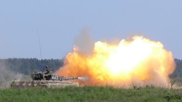 Polski czołg T-72 na poligonie