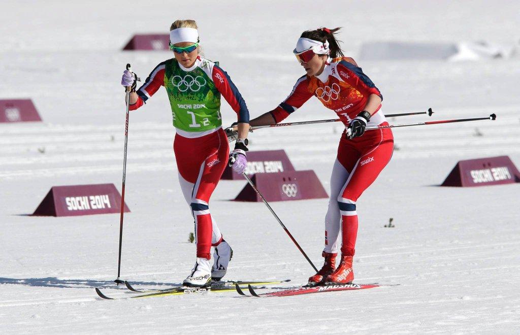 Norweżki Heidi Weng i Therese Johaug w biegu sztafetowym
