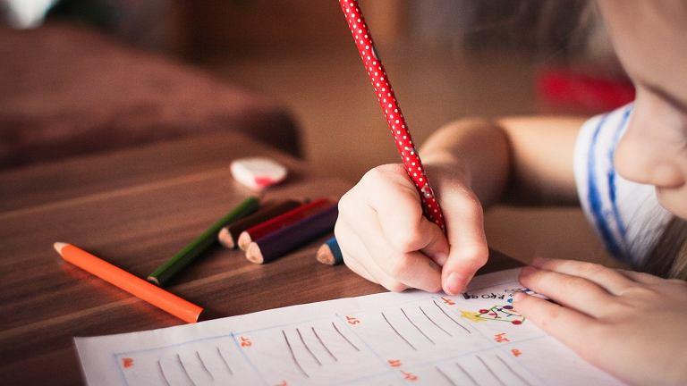 Zanim usiądziecie do lekcji, upewnij się, że stół jest uprzątnięty