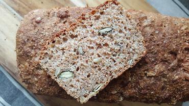 W przekroju chleba widać pestki dyni i słonecznika
