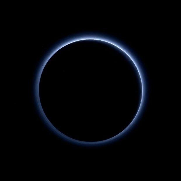 Pluton nie przestaje zaskakiwać. Widać nad nim błękitne niebo