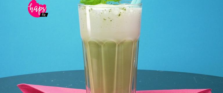 Zielone matcha latte. Energetyczny napój pełen antyoksydantów zakończony puszystą pianką [HAPS FIT]