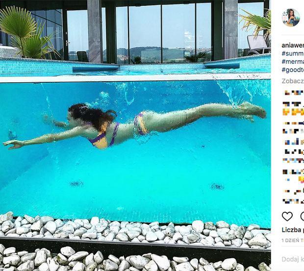 Zdjęcie numer 3 w galerii - Anna Wendzikowska chwali się zgrabną pupą w ekskluzywnym basenie.