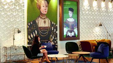 Pod portretami Barbary Radziwiłłówny i Elżbiety Habsburżanki konsola i stolik z marmurowym blatem (Gubi). Drewniany stolik Grapevine (Billiani), fotele: Gubi, B&T.
