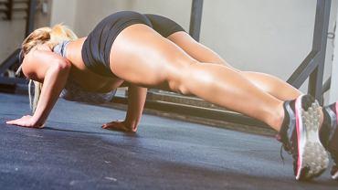 Utrzymanie prawidłowej postawy ciała w trakcie wykonywania treningu pompek gwarantuje szybkie efekty.