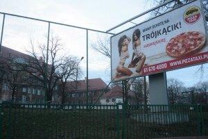 """Seksistowska reklama pizzy przy szkole """"zostanie �ci�gni�ta w trybie pilnym"""""""