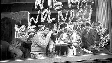 Napis na oknie kawiarni w Pasażu Wiecha - rezultat  - happening warszawskiej Pomarańczowej Alternatywy 'Pollock potrafi!', 24 lutego 1989