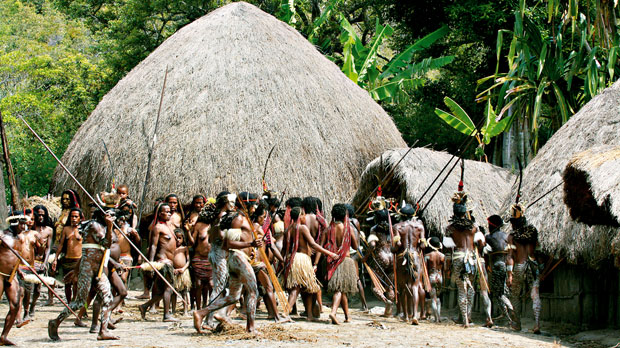 podróże, Podróże: świński festiwal w Papui, W powitalnym tańcu Papuasi zapraszają na ceremonię bicia prosiaka