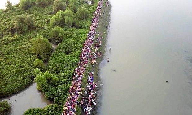 Tłumy uchodźców z Mjanmy w drodze do Bangladeszu
