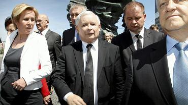 Bolesław Piecha (p), prezes PiS Jarosław Kaczyński (c) oraz Jadwiga Wiśniewska (l)podczas wizyty w ramach kampanii wyborczej do Parlamentu Europejskiego