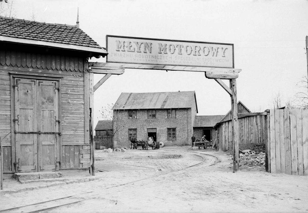 http://bi.gazeta.pl/im/f0/d1/14/z21830640IH,Mlyn-Motorowy-przy-ul--Wolskiej-44.jpg