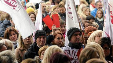 Protesty w sprawie reformy edukacji. W Kielcach pikietowano przed Urzędem Wojewódzkim