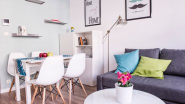 W mieszkaniu wygospodarowano miejsce na rozkładany stół. Może służyć zarówno jako miejsce spożywania posiłków i przyjmowania gości, jak i pracy.