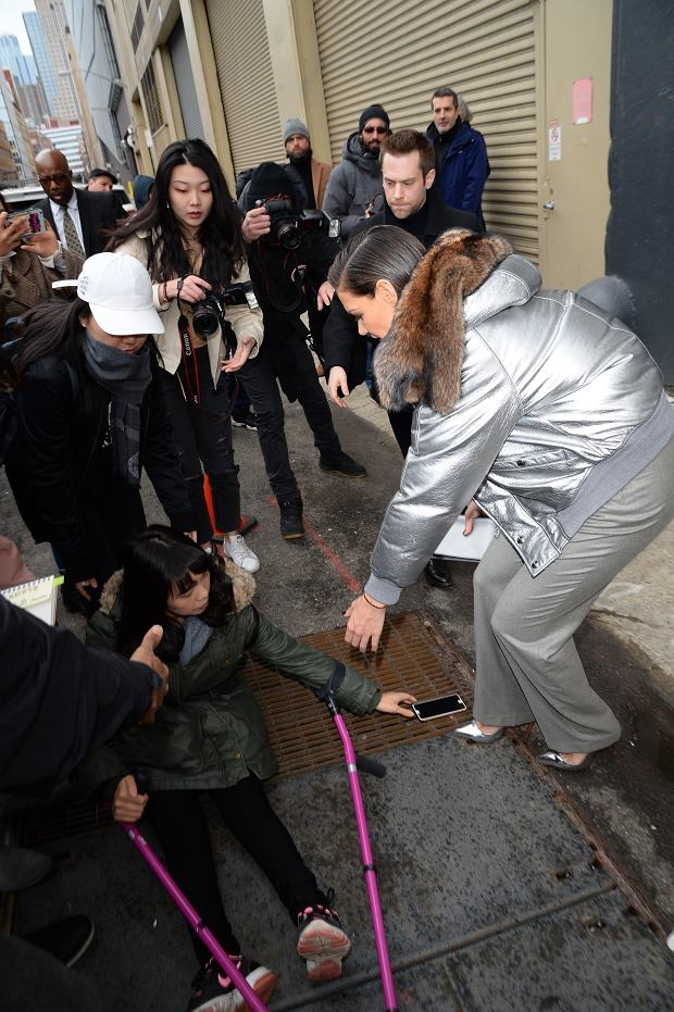Zdjęcie numer 2 w galerii - Wypadek podczas tygodnia mody w Nowym Jorku. Katie Holmes nie czekała z reakcją. Brawo!