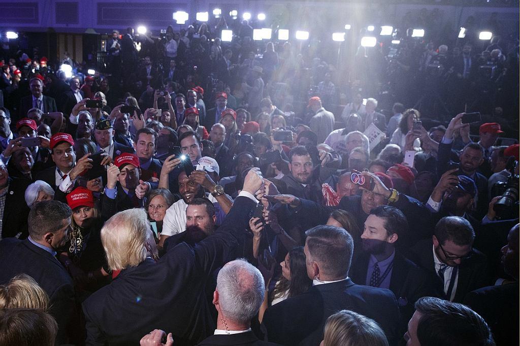Donald Trump pozdrawia zwolenników (fot. Evan Vucci/AP)