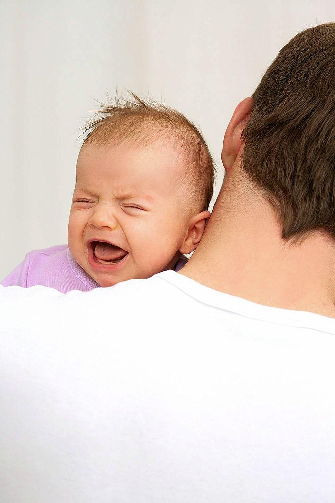 Pomóc może układanie i lekkie kołysanie dziecka na brzuchu lub torsie rodzica.