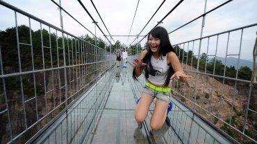 Szklany most wiszący w Chinach