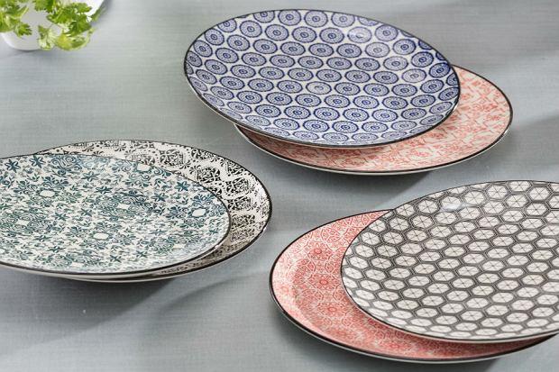 Kolorowe, wzorzyste talerze to świetna dekoracja stołu