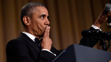Show Obamy na kolacji dla prasy. 30 minut �art�w na �ywo. I ten gest na koniec!