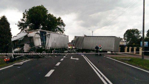 Tragiczny wypadek tir�w pod Piotrkowem. Zgin�y 2 osoby
