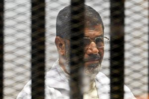 """Egipt. Muhammad Mursi skazany na �mier� za zorganizowanie ucieczki z wi�zienia. AI: """"Ten wyrok to farsa"""""""