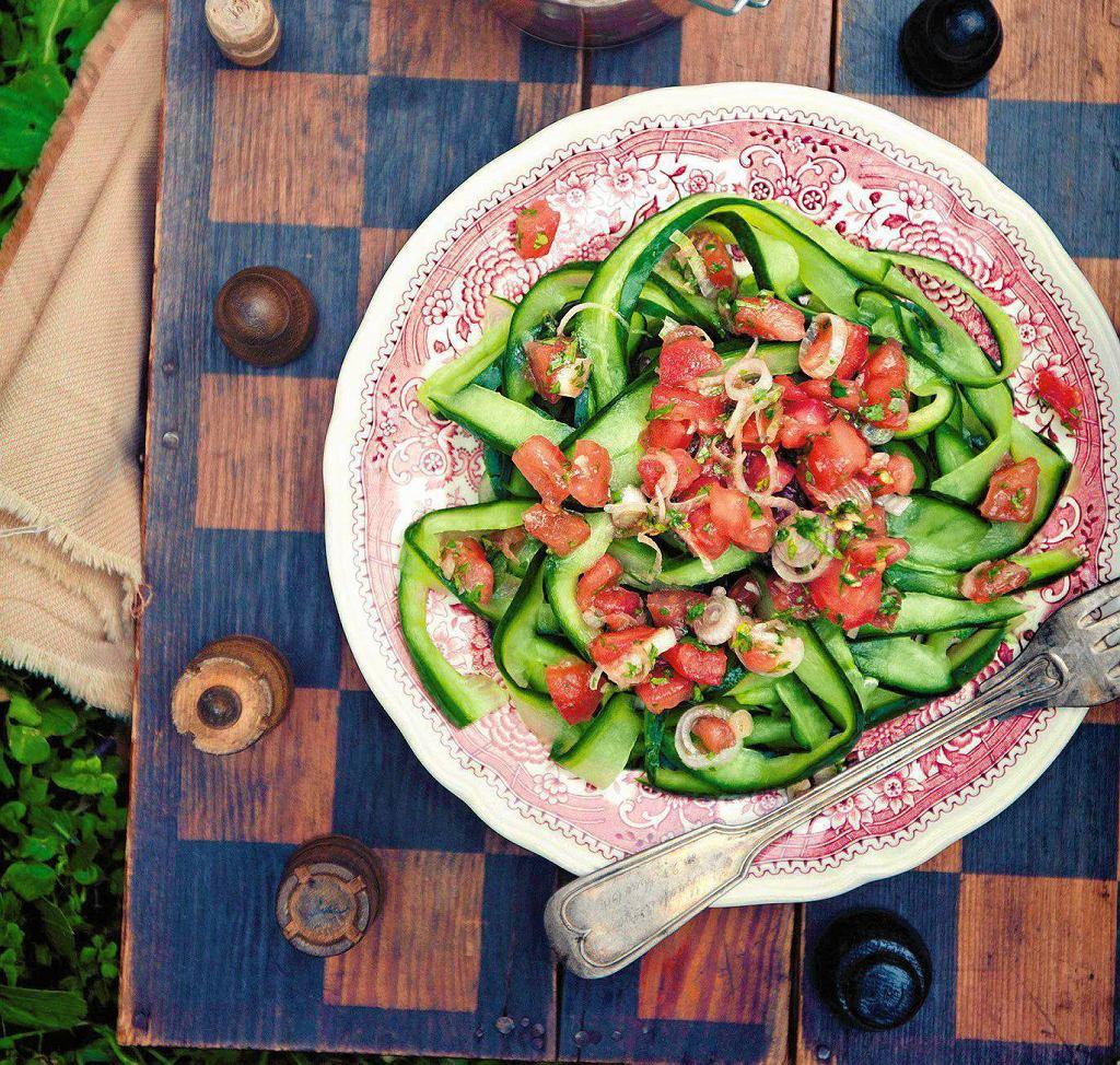 Wstążki z ogórka w sosie pomidorowym z kolendrą