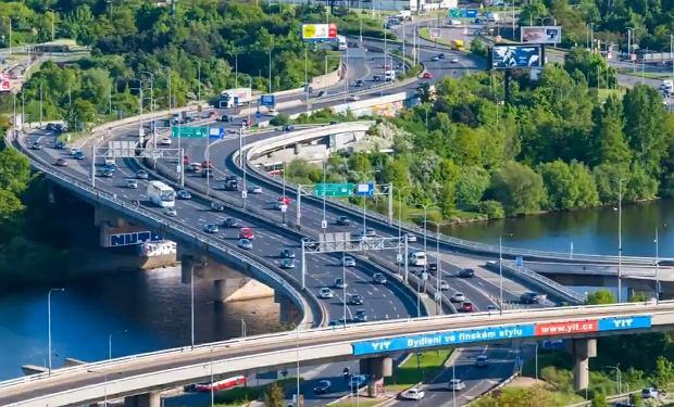Kadr ze spotu Patryka Jakiego, most Barrandovski nad Wełtawą w Pradze