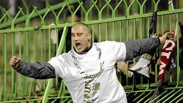 """Piotr S., ps. """"Staruch"""", to nieformalny szef kibiców Legii. Na zdjęciu: podczas meczu Lechia Gdańsk - Legia Warszawa w kwietniu 2011 r."""