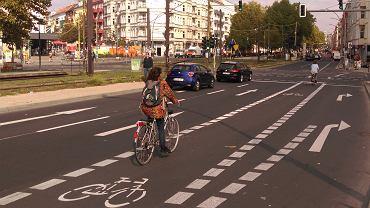 Pas rowerowy na Warshaustrasse w Berlinie