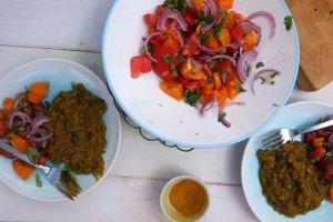 B�yskawiczna soczewica curry z sa�atk� z pomidor�w