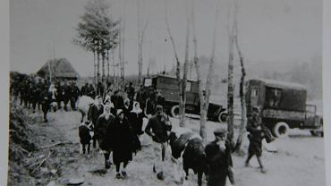 Zorganizowana przez powojenne, komunistyczne władze PRL akcja 'Wisła' (n/z) - przymusowe wysiedlanie ludności łemkowskiej i ukraińskiej - to kłopotliwa skaza na polskim sumieniu. Choć po uchwale Senatu z 1990 r. potępiającej deportacje wydawało się, że już umiemy o niej opowiadać... W tym roku, pierwszy raz od 1989r. rząd nie przyznał organizacjom polskich Ukraińców dotacji na obchody rocznicy