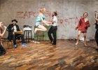 Kolejny znakomity spektakl w Wa�brzychu! Teatr na uboczu trzyma form�