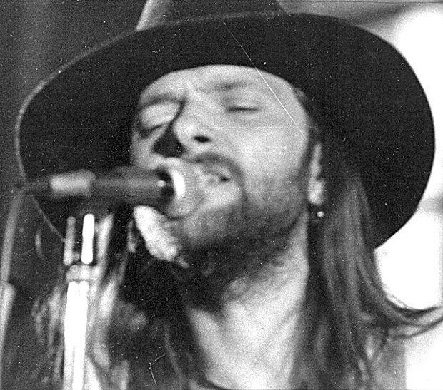 30 lipca mija 20-sta rocznica śmierci jednego z najwybitniejszych muzycznych samouków w historii polskiej muzyki rockowej i bluesowej. Prześledźcie z nami największe przeboje Dżemu i kilka luźnych faktów z życia nieżyjącego muzyka.