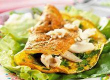 Omlet z ziołami, dymką i wędzoną rybą - ugotuj
