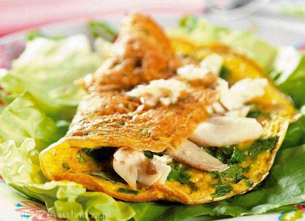 Omlet z ziołami, dymką i wędzoną rybą