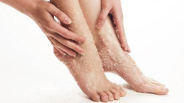 Aby skóra stóp była gładka, warto jeden lub dwa razy w tygodniu zrobić sobie peeling.