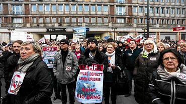 Manifestacja frankowiczów domagających się interwencji. To między innymi te protesty przyłożyły się do powstania ustawy frankowej