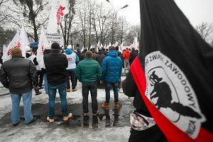 """""""W�gla nie oddamy"""". Manifestacja g�rnik�w przed kopalni� w Katowicach-Kostuchnie"""