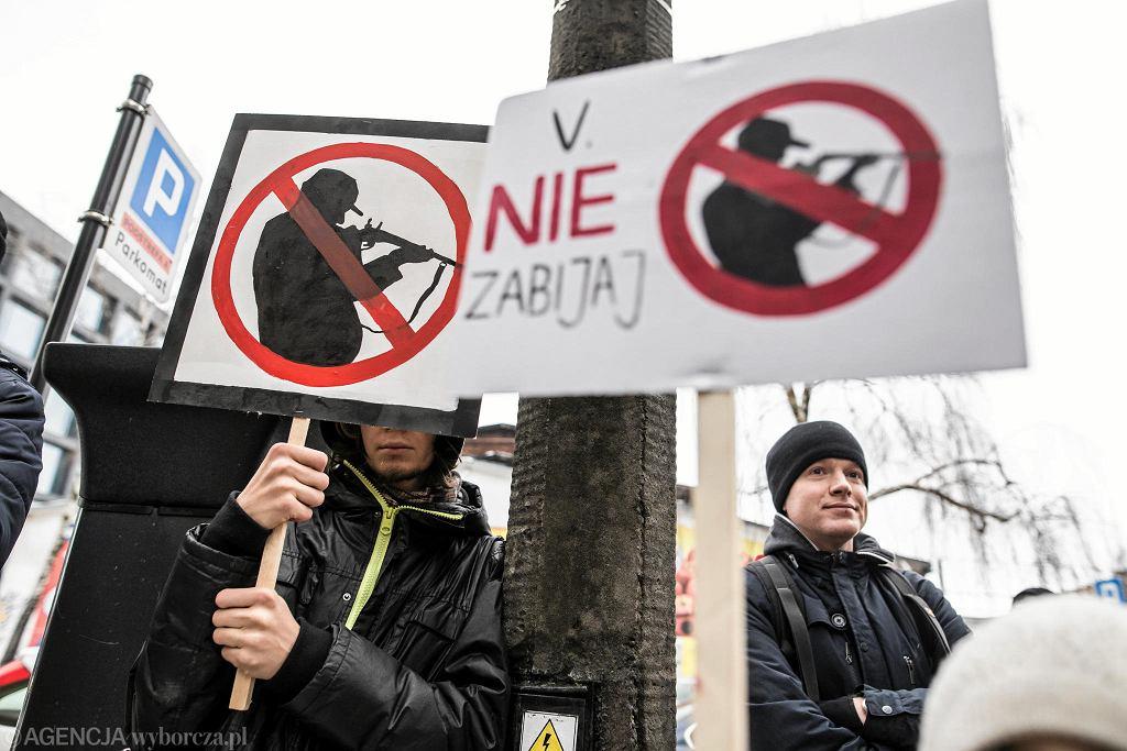 Piątkowy protest aktywistów przed siedzibą Polskiego Związku Łowieckiego w Lublinie