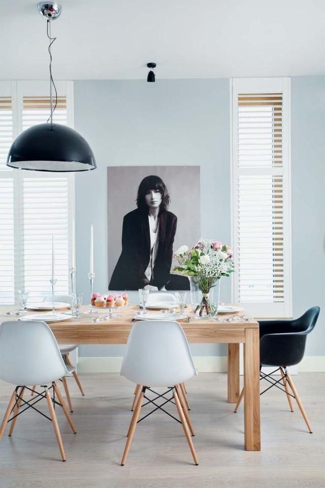Prosty stół dębowy (Farma Kolonialna), w roli dekoracji na ścianie zdjęcie aktorki