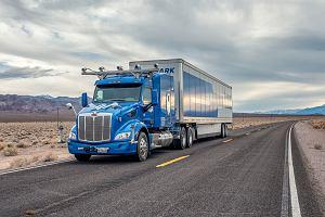 18-kołowa ciężarówka bez kierowcy. Trucker zsiada z wozu