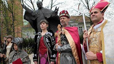Postaci Dobrawy, Mieszka I i biskupa Jordana podczas uroczystości z okazji 1050-lecia chrztu Polski. Poznań, 15 kwietnia 2016 r.