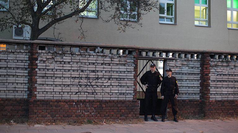 Policjanci przed szpitalem im. Biegańskiego w Łodzi, do którego trafił pacjent z podejrzeniem eboli