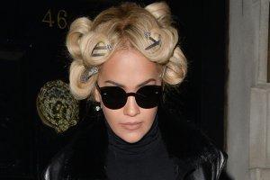 """Rita Ora w samych rajstopach """"na mie�cie"""". Serio. Zgadnijcie, jak to wygl�da�o? Tak, tak... KOSZMARNIE"""