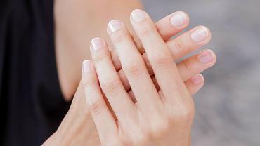 Manicure japoński to metoda pielęgnacji paznokci, która je odżywia i nadaje im blasku