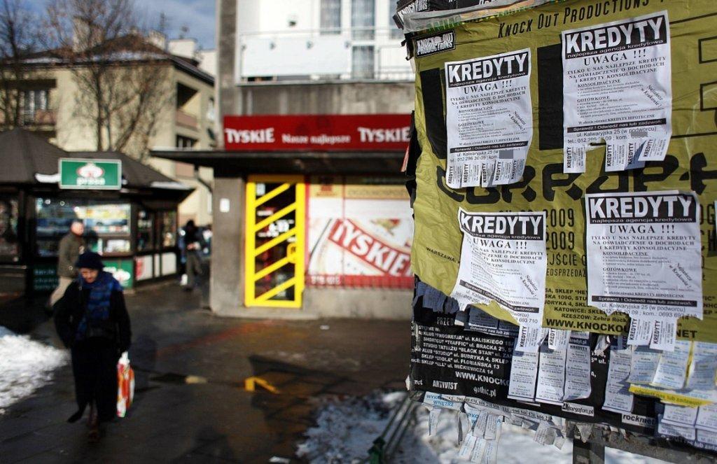 Ogłoszenia o szybkich kredytach (fot. Tomasz Wiech/AG)
