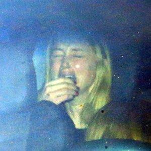 Amber Heard z s�du wysz�a z kamienn� twarz�, ale w samochodzie...