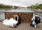 Dominika i Bartek z Polski zawiesili swoj� k��dk� mi�o�ci na Pont des Arts. A potem d�wig j� sprz�tn��. I tysi�ce innych te�