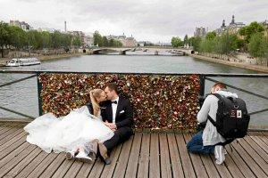 Dominika i Bartek z Polski zawiesili swoją kłódkę miłości na Pont des Arts. A potem dźwig ją sprzątnął. I tysiące innych też